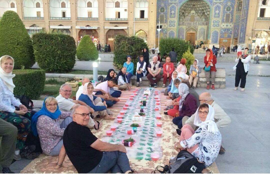 السفر إلى إيران: يستمتع السياح بمشروبهم العشبي في أصفهان